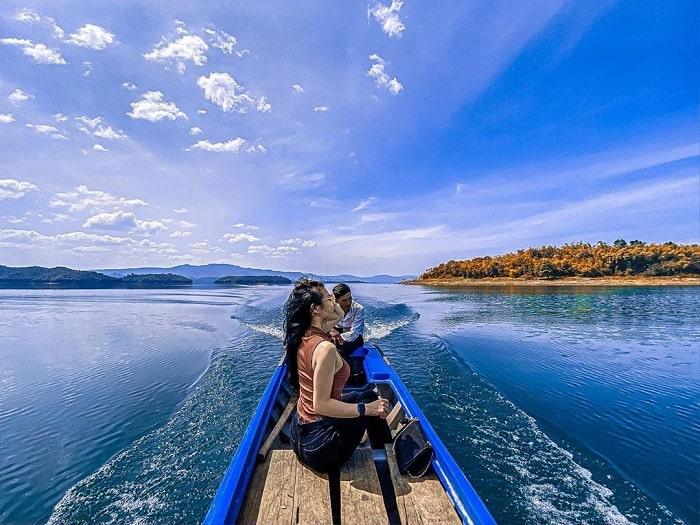 Đi thuyền tham quan Hồ Tà Đùng