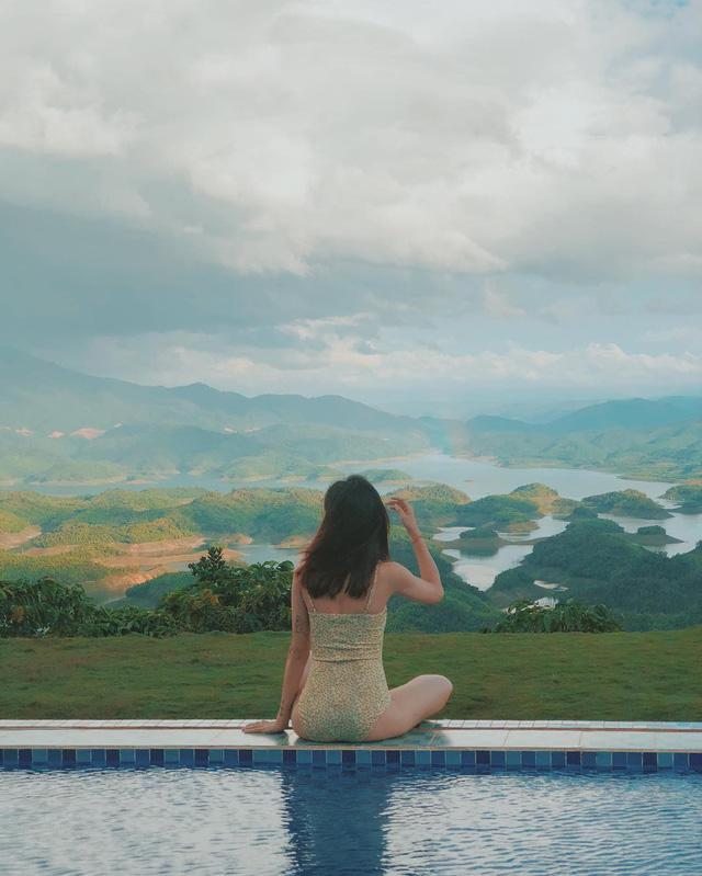 Hồ bơi vô cực nhìn thẳng ra khung cảnh Tà Đùng