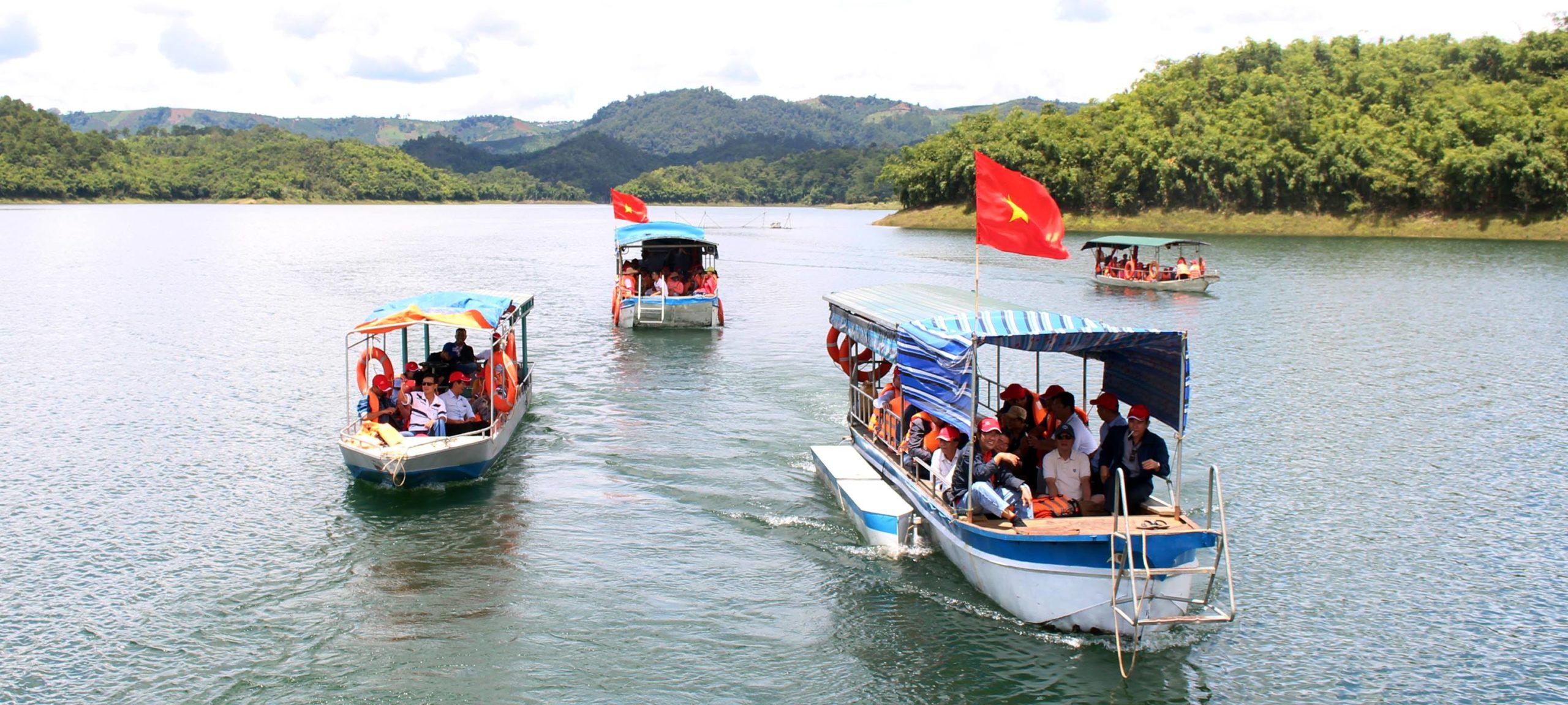 Thuê thuyền ra hồ Tà Đùng