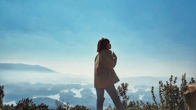 Ngắm Tà Đùng giữa sáng mờ sương. (Ảnh: Bảo Bình)
